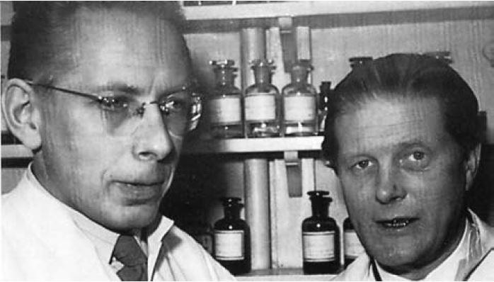 Zdj.1. Jacobsen (po prawej) i Hald w laboratorium Medicinalco, około roku 1950.