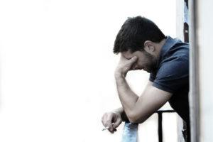 Jak pomóc alkoholikowi aby nie cierpiał - bezsenność, drżenie rąk, niepokój